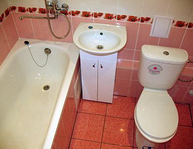 фото уложенной плитки в ванной в нежно-розовых тонах